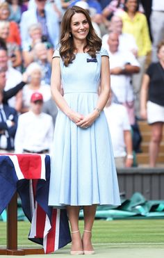 Jan 2020 - Before Meghan Markle entered our lives, the royal family had another style icon in Kensington Palace — Kate Middleton! Forget her fab hat game and envy-inducing hair, Prince William's better half k… Kate Middleton Zapatos, Estilo Kate Middleton, Kate Middleton Style, Kate Middleton Outfits, Duchess Kate, Duchess Of Cambridge, Fresh Outfits, Cool Outfits, Royal Fashion