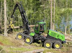 Procesadora forestal John Deere 1270E IT4 de 8 ruedas trabajando
