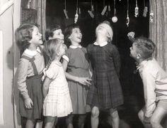 Snoephappen: spelletje wat vaak gedaan werd tijdens kinderfeestjes (jaren '50/'60)