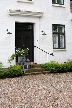 5 Ways That Gravel Can Transform Your Outdoor Space Scandinavian Front Doors, Exterior Handrail, Estilo Tudor, Front Porch Steps, Wooden Screen Door, Concrete Steps, Cottage Style Homes, Front Door Design, Outdoor Areas