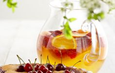 Vaalea sangria Sangria, Deli, Panna Cotta, Smoothies, Alcoholic Drinks, Hot, Ethnic Recipes, Ice, Kitchens