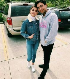 Selena Gomez and a fan Selena Gomez Trajes, Selena Gomez Outfits, Selena Gomez Style, Selena Gomez With Fans, Fall Fashion Outfits, Denim Fashion, Casual Outfits, Women's Fashion, Fashion Trends