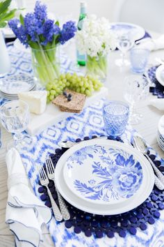 Brunching with the Aerin Collection - Fashionable Hostess Blue Table Settings, Beautiful Table Settings, Place Settings, Fashionable Hostess, Table Setting Inspiration, Festa Party, Deco Table, Decoration Table, White Decor