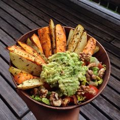 ixvna: Thanks god for all the yummy ways I can eat my potatoes 😅 Oil free baked potato and sweet potato fries with salad, guacamole and roasted walnuts on top Heart Healthy Recipes, Veggie Recipes, Healthy Snacks, Healthy Eating, Food Goals, Le Chef, Food Inspiration, Clean Eating, Good Food