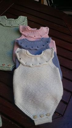 Extreme Cute Knitted Baby Rompers – Knitting And We Knitted Baby Cardigan, Baby Pullover, Knitted Baby Clothes, Arm Knitting, Knitting For Kids, Baby Outfits, Baby Barn, Baby Girl Patterns, Romper Pattern