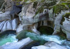 A more contextual look at the heart-shaped depression and the Heart Rock Falls or Seeley Creek Falls, Crestline / San Bernardino County, California, USA Madrid, Rock Falls, San Bernardino County, Baja California, Amazing Nature, Places To See, Tourism, Beautiful Places, Portugal