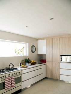 Clean, cosy kitchen - with drawers the kids can reach