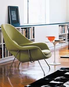 "In 1948 Florence Knoll asked her friend, Finnish architect and furniture designer Eero Saarinen, to create a chair that felt like ""a great big basket of pillows that I can curl up in"". Saarinen more than rose to the occasion — and the Womb Chair was born. Eero Saarinen, Table Saarinen, Knoll Table, Knoll Chairs, Lounge Chairs, Room Chairs, Charles Eames, Cool Furniture, Furniture Design"
