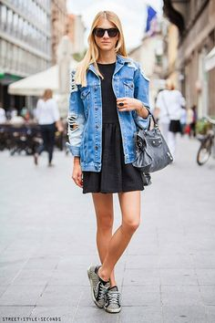 Trendy Boyfriend style denim jacket is perfect to style every outfit for your daily days. Love the combo with Black casual dress & trendy sneakers. Be Cool & Casual! For more trendy outfits Street Style Trends, Look Street Style, Street Styles, Style Année 80, Mode Style, City Style, Simple Style, Spring Fashion Outfits, Denim Fashion