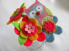 Tiara de metal fina para cabelo com lindo arranjo com corujinha, botões, mini botões e flores de feltro bordadas. tamanho aproximado do arranjo 10cm x 7cm R$28,00