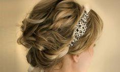 Tiara de pedras >> Cabelos curtos pedem muitos cachos e uma tiara delicada que embeleza e segura os fios.