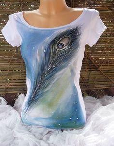 Dámské triko, paví peří Ručně malovanéa batikovanédámské tričko. Zn Soľ s Vel os S do XL Míry u vel. L (vzorová fotografie) Obvod hrudníku:90cm v klidu , natáhne se až na 104cm,délka: 60cm. Šíře ramen: 36cm 100% bavlna, krátký rukáv, většívýstřih. Malba s pavími pery(akvarelová malba) Kvalitní barvy na textil, fixováno