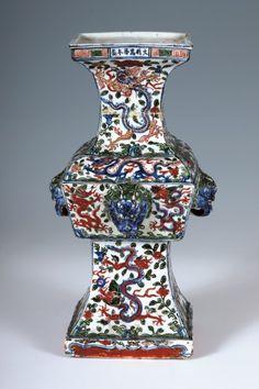 Chine, époque Wanli (1573-1619). Vase de forme balustre, porcelaine et émaux Wucai, marqué à six caractères sur le col,  h. 34,5 cm. Frais compris : 60 400 €. Cannes, mercredi 8 octobre. Azur Enchères Cannes SVV. Mes Issaly et Pichon. Cabinet Ansas et Papillon d'Alton.