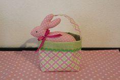 Liebevoll genähtes Osterkörbchen aus Baumwollstoff in den Farben rosa und hellgrün, welches mit grüner Zackenlitze verziert wurde.  Das Körbchen un...
