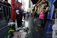 米ロサンゼルス(Los Angeles)ハリウッド(Hollywood)にあるハリウッド・ウォーク・オブ・フェーム(Hollywood Walk of Fame)のロビン・ウィリアムズ(Robin Williams)さんのプレート上に置かれた花(2014年8月11日撮影)。(c)AFP/Robyn Beck ▼12Aug2014AFP ウィリアムズさんの死を悼むファンが献花 ハリウッド http://www.afpbb.com/articles/-/3022897