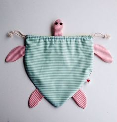 Turtle drawstring bag - inspiration only (link goes to an Etsy page indicating that the listing is no longer available). Fabric Crafts, Sewing Crafts, Sewing Projects, Sewing Diy, Sewing For Kids, Baby Sewing, Animal Bag, Diy Couture, Kids Bags