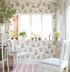 Sandberg Rosanna -ruusukuviotapetti romantiikan ystäville. - Sandberg Rosanna -wallpaper with romantic roses.