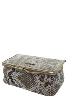 Necessaire Fellipe Krein Cobra bege, confeccionada em material sintético com textura e estampa de cobra e fechamento em fivela retrô. 6cm de altura, 17cm de largura e 9cm de profundidade. Forro em material têxtil com um espelho fixo à tampa. A necessaire Fellipe Krein Cobra é perfeita para manter seus pertences organizados.