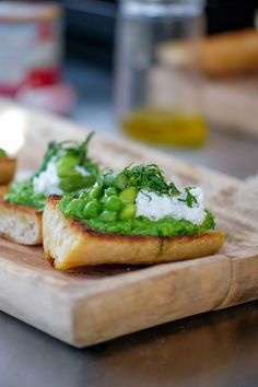 Bruschetta met erwtenpuree en ricotta Bruschetta Recept, Bruchetta, Ricotta, What To Cook, Avocado Toast, Tapas, Sandwiches, Appetizers, Healthy Eating