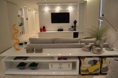 Navegue por fotos de Salas multimídia minimalistas: Apartamento para um jovem casal em tons de cinza. Veja fotos com as melhores ideias e inspirações para criar uma casa perfeita.
