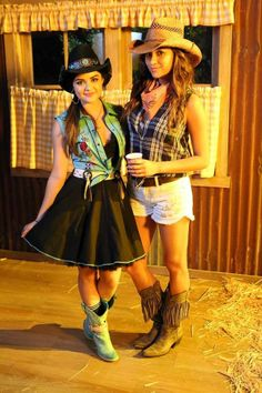 Lucy Hale (Aria Montgomery) & Shay Mitchell (Emily Fields) - Pretty Little Liars Grunge Look, 90s Grunge, Grunge Style, Grunge Outfits, Soft Grunge, Pll Outfits, College Outfits, Pretty Little Liars Aria, Pretty Little Liars Seasons