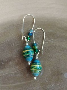 Green toned or Orange/Black rolled beads Make Paper Beads, Paper Bead Jewelry, How To Make Beads, Beaded Jewelry, Funky Earrings, Beaded Earrings, Earrings Handmade, Handmade Jewelry, Simple Earrings