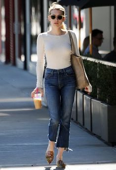 Emma Roberts works her enviable figure in fitted top and jeans - - Emma Roberts works her enviable figure in fitted top and jeans Street Chic The street is her runway! Emma Roberts showcased her sense of style on Monday in Los Angel… Komplette Outfits, Jean Outfits, Casual Outfits, Fashion Outfits, Casual Jeans, Jeans Fashion, Summer Outfits, Moda Casual, Casual Chic