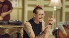 Screenshot from Papercut music video by Linkin Park Linkin Park Music Videos, Chester Bennington, Paper Cutting, Lp