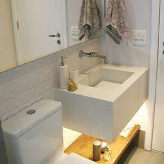 > Cerâmica Portinari Produto Diamante Matte 30x90cm. #inmostra #cerâmicaportinari #pormaisarquitetura #arquitetura decoração, banheiro, banho, lavabo. bathroom, bath, bano, bancada em porcelanato, bancada tanquinho, relevo, 3D, banheiro pequeno, branco.