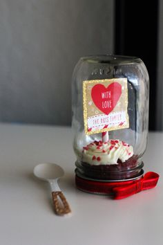 Mini-Geschenk Create this simple sweet mason jar treat to make a special loved one's heart skip a beat. Simply bake or purchase pre-made cupcakes, add a decorative cupcake topper using Tiny Prints adhesive tags, an Pot Mason Diy, Mason Jar Crafts, Mason Jars, Mason Jar Cupcakes, Personalised Gifts Diy, Baby Dekor, Valentine Day Gifts, Valentines, Pots