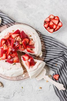 This strawberry pavlova is the perfect summer dessert! It's light, refreshing and delicious! Refreshing Desserts, Delicious Desserts, Dessert Recipes, Yummy Food, Strawberry Pavlova, Strawberry Cakes, Summer Treats, Summer Desserts, Pavlova Cake