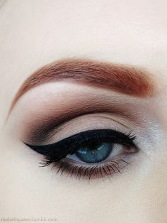 How to put on eyeliner like a pro ? Eyeliner is an essential item in your makeup bag as it not only complements your mascara to give your eyelashes a fuller, thicker, and healthier look, but also give. Love Makeup, Makeup Inspo, Makeup Inspiration, Makeup Tips, Makeup Looks, Adele Makeup, Basic Makeup, Retro Eye Makeup, Pin Up Makeup