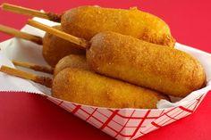 El corn dog es una especie de perrito caliente compuesto de una salchicha recubierta con una masa de pan de maíz que luego se fríe en aceite muy caliente. Se sirve clavado en un palo de madera.