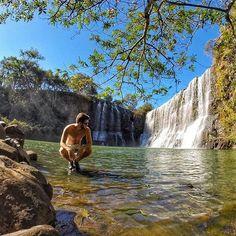 Cachoeira da Sucupira, localizada há pouco mais de 15 km da cidade de Uberlândia, em Minas Gerais. Uma das maneiras mais fáceis de chegar é a partir do trevo de saída para Araxá, próximo ao bairro Morumbi. Quem for pra lá, come um monte de pão de queijo por mim