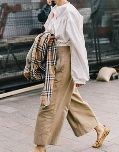 Street Style Looks to Copy Now Street Style Fashion / Fashion Week Week Fashion Weeks, Trend Fashion, Autumn Fashion, Fashion Outfits, Womens Fashion, Fashion Fashion, Beige Outfit, Neutral Outfit, Ohh Couture