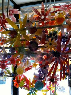 Detail of an Anthropologie window display. Those 'flowers' are repurposed plastic bottles. Bottle Cap Crafts, Bottle Art, Recycled Bottles, Recycled Art, Fake Flowers, Diy Flowers, Plastic Bottle Flowers, Plastic Bottles, Collaborative Art Projects