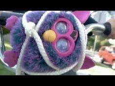 Qué hacer con Furby cuando nadie te ve...
