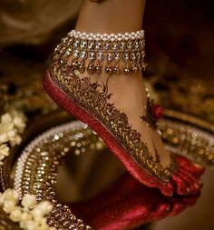 Gorgeous bridal leg mehndi or henna design with altha. Bridal anklet or payal. Mehndi Designs, Tattoo Designs, Jewellery Designs, Designer Jewellery, Fashion Jewellery, Tattoo Henna, Henna Mehndi, Foot Henna, Leg Mehndi