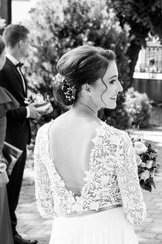 Zdjęcia ślubne emanują swoją wyjątkową atmosferą, a jeśli dodatkowo zatrzymują choć na chwilę uwagę widza, to idealnie. Ta fotografia panny młodej właśnie zatrzymuje nas zawsze, za każdym razem, kiedy przeglądamy nasze zbiory    #wedding #pannamloda #fotografiaslubna #fotografslubny #slub Lace Wedding, Wedding Dresses, Studio, Fashion, Bride Dresses, Moda, Bridal Wedding Dresses, Fashion Styles, Weeding Dresses