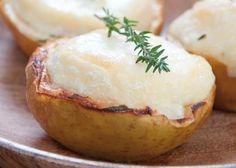 Pommes au four et chèvre chaud   4 pommes reinette du Canada, 2 crottins de chèvre, 4 branches de thym, 8 c. à c. d'huile d'olive, sel et poivre
