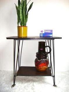 Prachtig tafeltje, voor allerlei leuke doeleinden te gebruiken. Plantencollectie? Platenspeler? Keukenspulletjes? Het kan allemaal! In prima staat. 75cm breed x 44cm diep x 77cm hoog op zoek naar meer