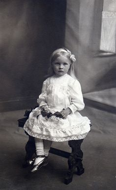 :::::::::: Vintage Photograph :::::::::: Pensive little girl in white