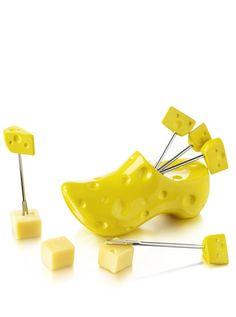 Boska Spiesschenset Holzschuh Gelb  Dieser schöne Holzschuh mit seinen 6 holzschuhförmigen Spiesschen aus der Dutch Kollektion sind perfekt für Käsewürfel und Snacks. Dieser Holzschuh mit Spiesschen hat ein gelbes Käsemotiv, das dem ganzen Set eine spielerische Note verleiht. Spiessen Sie Käsewürfel auf und geniessen Sie herrlichen Käse, eine sehr holländische Erfahrung. Die Käsespiesschenund der Holzschuh sind spülmaschinenfest.