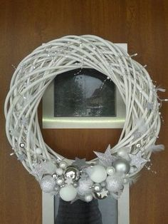 Result image for a Christmas wreath on the door Silver Christmas Decorations, Christmas Swags, Christmas Ribbon, Christmas Crafts, Christmas Ornaments, Mesh Ribbon Wreaths, Holiday Wreaths, Xmax, Merry Christmas Everyone
