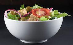 Als je deze salade als avondmaaltijd wilt eten op een zomerse dag, serveer er dan een versgebakken ciabatta of wat afgekoelde pasta bij. Tofu, Tempeh, Seitan, Ciabatta, Guacamole, Vegan Recipes, Vegan Food, Serving Bowls, Pasta
