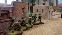 """33: Die  beiden Lehmhäuser bilden offenbar eine """"Ferme"""". Der 5er-Trupp spurtet nach vorne, um die Ferme zu nehmen und eine wenigstens einigermaßen befestigte Stellung beziehen zu können, bevor es zum Gefecht kommt."""
