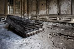 #abandoned piano
