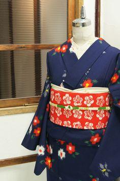 濃紺色の地に赤と白のお花絣模様がレトロキュートに織り出されたウールの単着物です。 Yukata Kimono, Kimono Dress, Traditional Japanese Kimono, Traditional Dresses, Japanese Textiles, Japanese Outfits, Hair Ornaments, Japan Fashion, Kimono Fashion