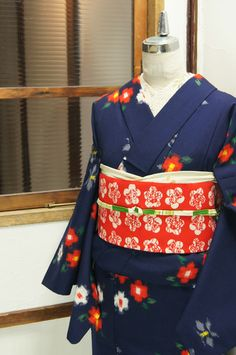 濃紺色の地に赤と白のお花絣模様がレトロキュートに織り出されたウールの単着物です。