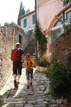 """Rovinj hat in unserer Serie """"7 Dinge, die wir in der Nachsaison unternommen haben"""" einen Ehrenplatz verdient! Die kleine Stadt auf dem Hügel mutet eher italienisch als kroatisch an. Kein Wunder, noch heute sprechen mehr als 10 Prozent der Einwohner Italienisch als Muttersprache. Touristisch ebenso gut erschlossen wie Poreç, wirkt der Ort mit seinen über … … Weiterlesen →"""